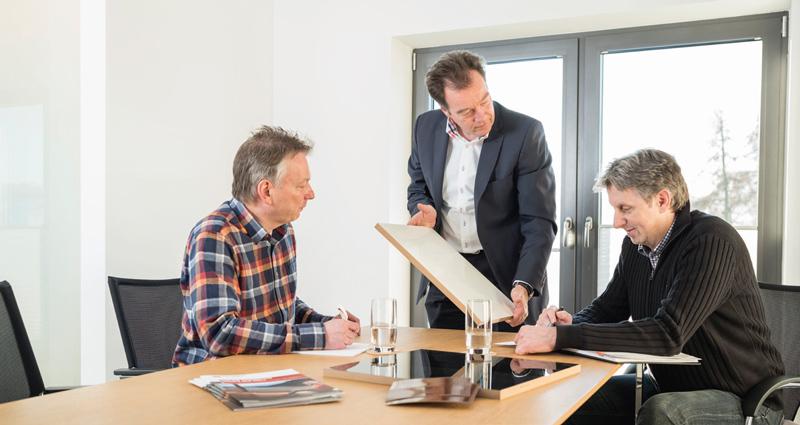 Geschäftsführer Hanno Baumann (Bildmitte) führt das Familienunternehmen bereits in der dritten Generation. Das Herz der PCG Group schlägt in unserem Stammsitz im lippischen Detmold.
